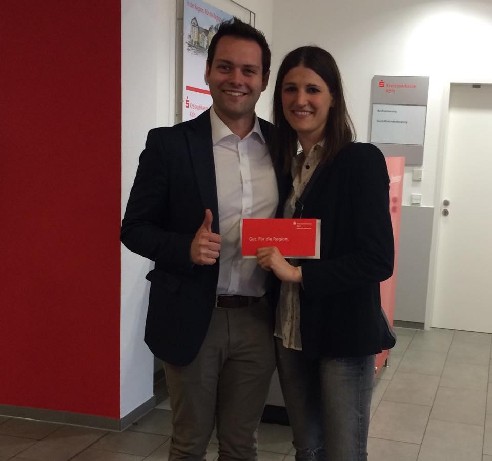 Unserer Vorstandsmitglieder Tim Stranowsky und Barbara Franck nehmen die Spende der Kreissparkasse Köln entgegen.