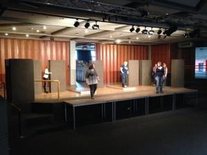 Die Bühnenfläche wird erkundet.