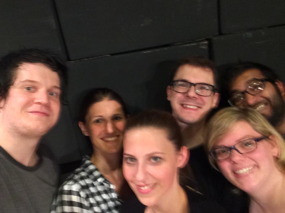 Verwackeltes Selfie beim Mauerbau - Team Bühne bei der Arbeit.