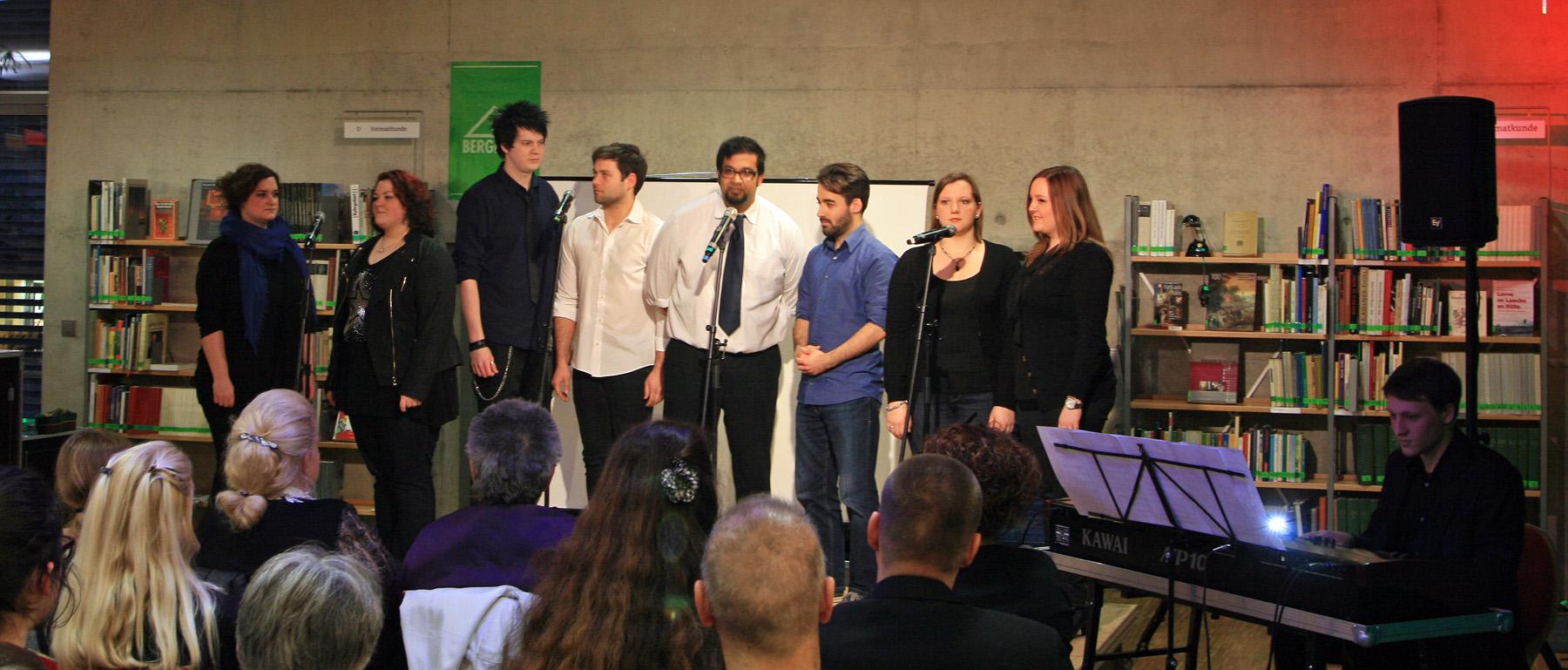 8 Sänger, ein Klavier und hunderttausend Bücher